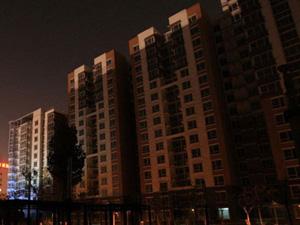 北京 刘先云/据报道,灯火通明的夜晚,北京芍药居北里几栋楼上千套住房却是...