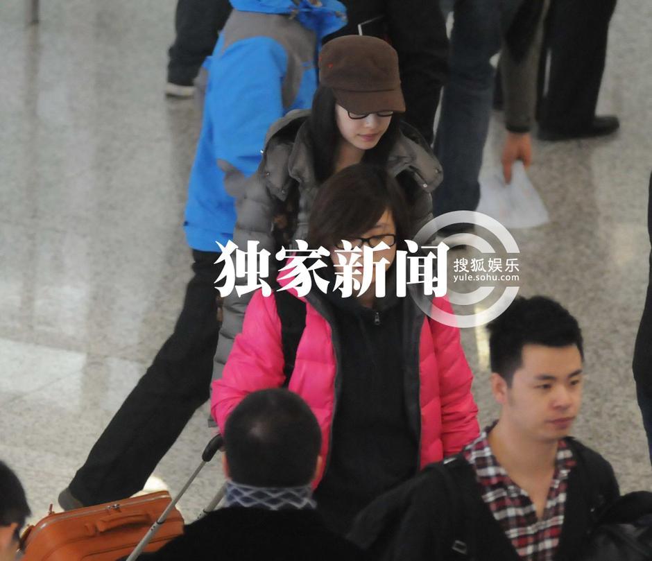 倪妮素颜现身机场似学生妹