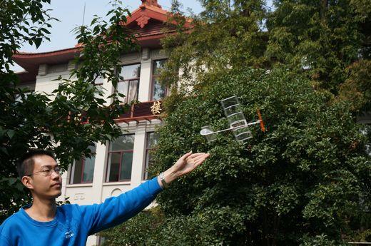 人民网上海10月22日电 (记者姜泓冰)轻轻一甩手,一架乒乓球拍大小的微型飞机即刻从指间飞出,并在眼前悠闲地盘旋、飞舞10月19日,同济大学一方草坪上,航空航天与力学学院微小飞机实验室的几名师生在放飞一架他们最新研制的微型飞机,吸引了不少路人驻足观望。该飞机乍看没什么不同,稍留心却会发现一些端倪:这架塑料小飞机机身、机翼、尾翼、起落架和舵面全是纯白色,而不是平时实验室制作的黑色碳纤维杆微型飞机;飞机的机翼和尾翼分别为一个整体,找不到胶接固的痕迹。原来,这是一架采用了三维打印技术制造的新飞机。  设计一架