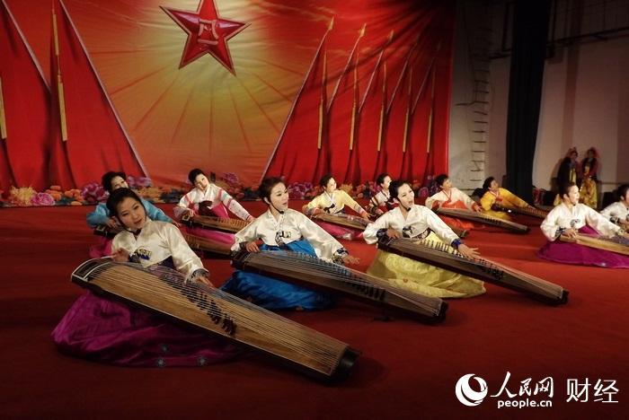 """六五三七部队""""迎新春""""军民联欢会-朝鲜族伽倻琴演奏-图片报道 各"""