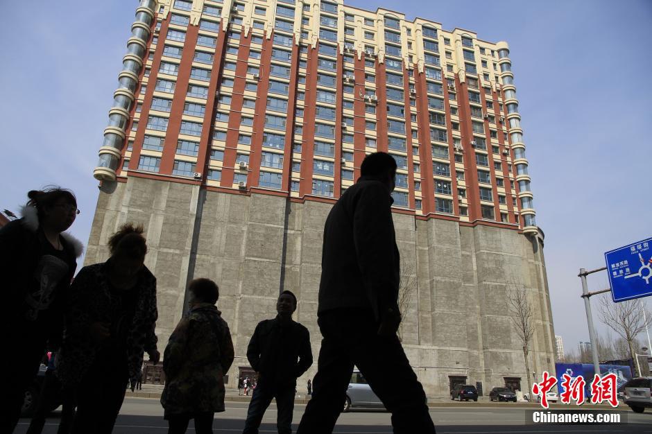 4月1日,吉林省吉林市长春路临江广场附近有这样一个奇怪的楼宇,外形酷似帆船,下半截完全封闭,上半截正常有居民居住。据了解,该建筑共有17层,其中1-5楼无人居住,6楼以上的住户直接通过电梯上楼。