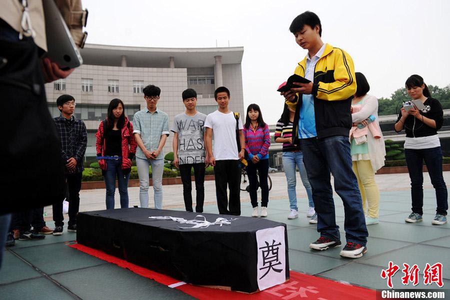 武汉大学生模拟人生旅程 体验生命意义