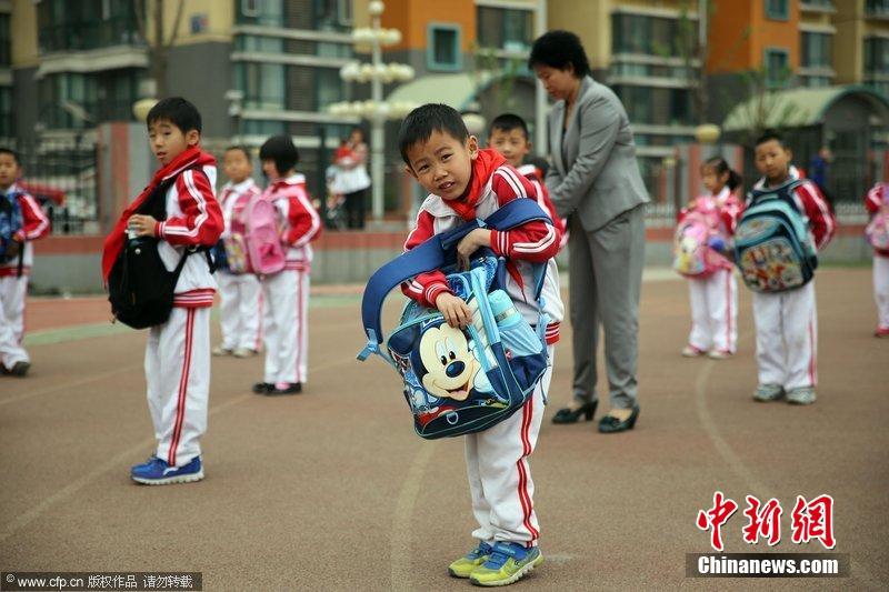 北京小学孕育倒读书包护鸡蛋v鸡蛋妈妈开展难小学生背书郎图片