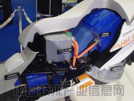 """该车以铃木的踏板摩托车""""burgman 125""""为原型,燃料电池和锂离子电池"""