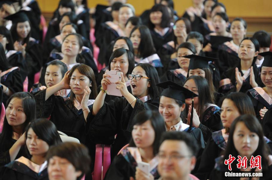 组图:美女毕业生穿学士服找工作【3】 财经