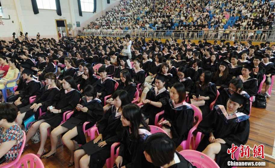 组图:美女毕业生穿学士服找工作【4】 财经
