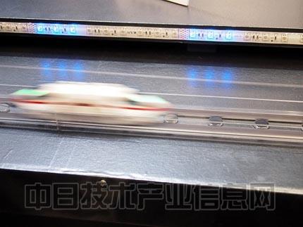 类型的纸飞机,但抛出之后,飞机会划出一条优美的弧线,回到玩家的手中.
