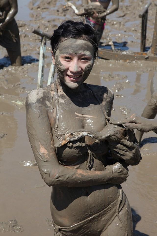 组图:浙江办海泥狂欢节 30位泳装美女泥中打滚