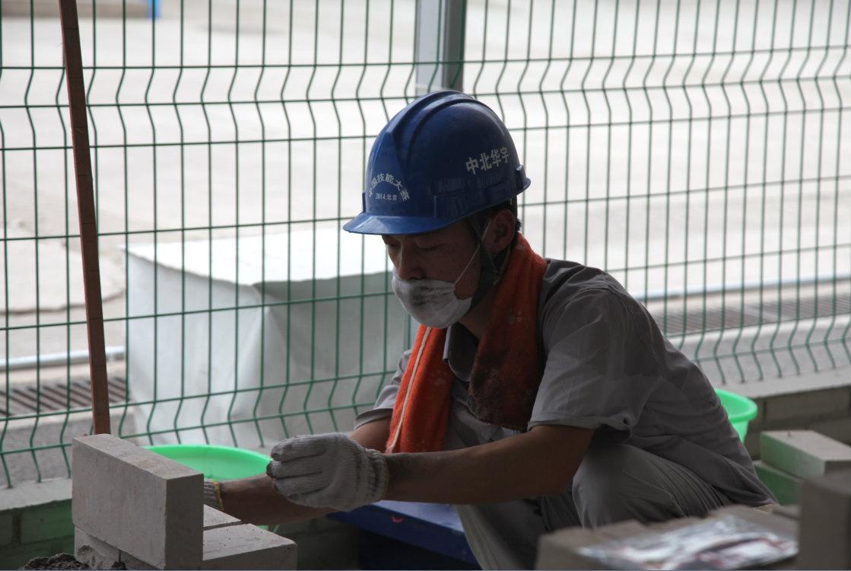 93后建筑工人比拼砌墙 年龄最小98年出生(高清组图)
