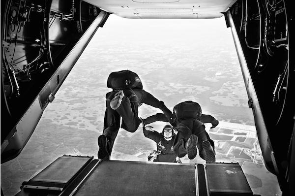 飞机上跳下的瞬间