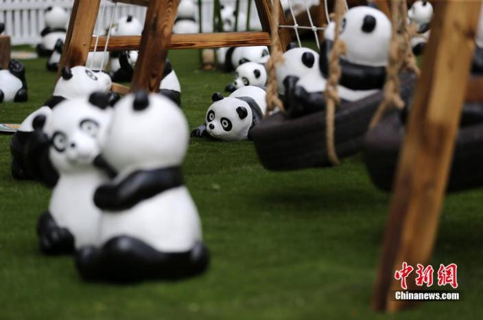 近日,北京来福士迎来了300只熊猫光临,憨态可掬的国内版熊猫吸引了不少消费者驻足。此前,大黄鸭风靡全球后,各种山寨大黄鸭遍地开花开启了国人模仿的热情。法国艺术家Paulo Grangeon和世界自然基金会WWF联手推出的1600熊猫展是继大黄鸭后,在全球享受盛誉的大型展览。而目前国内各种熊猫展览均是模仿,不是正版的1600熊猫展。