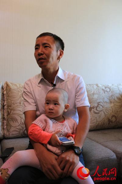 阿斯卡尔今年40岁,来哈萨克斯坦已有12年,现在经营着一家有四个员工的旅游公司,主要为来往中哈两国的商务团、旅游团办理签证和相关业务。(人民网记者赵亚辉 摄)
