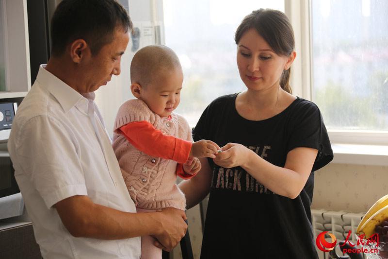 阿斯卡尔说,他既懂汉语又会哈语,来了哈萨克斯坦后又学会了俄语,最大的优势就是语言,因此就做起了旅行签证办理的生意,将一批又一批现代商人介绍到中国。(人民网记者赵亚辉 摄)