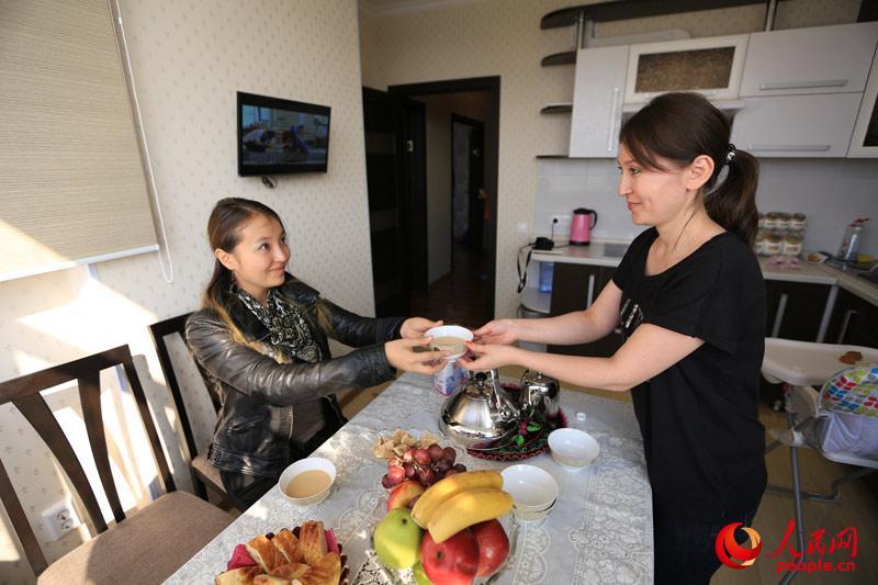 阿斯卡尔最初在哈萨克斯坦的第二大城市阿拉木图生活,并在那里认识了他美丽的妻子高哈尔,7年前他和妻子共同到阿斯塔纳生活并创立了旅游公司。探访时,他刚刚送完两个儿子去学校,正在家中逗小女儿。(人民网记者赵亚辉 摄)
