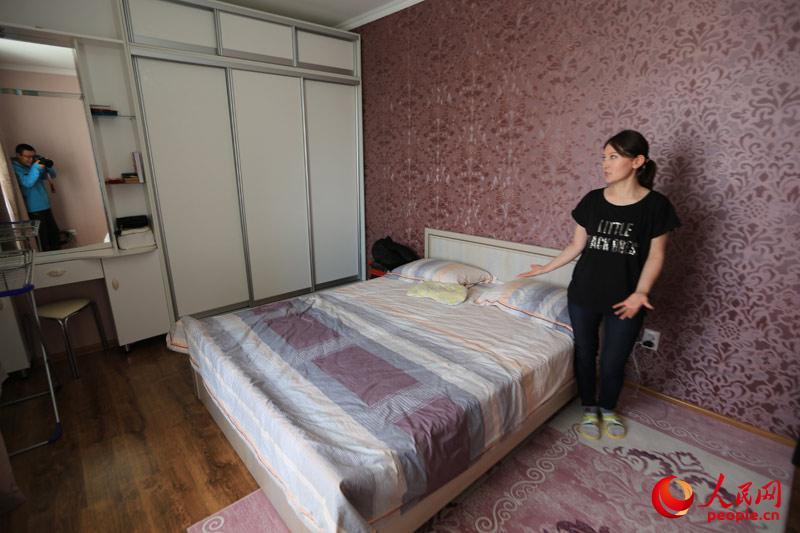 阿斯卡尔的父母现在均留在国内。均已退休的两老今年7月还赴哈小住了一月。我们此次前去探访的公寓正是阿斯卡尔为父母以后来哈居住准备的。(人民网记者赵亚辉 摄)