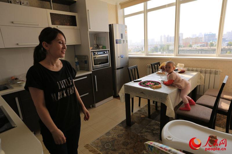 如普通阿斯塔纳家庭一样,屋内装修风格非常现代化,厨房电器一应俱全。(人民网记者赵亚辉 摄)