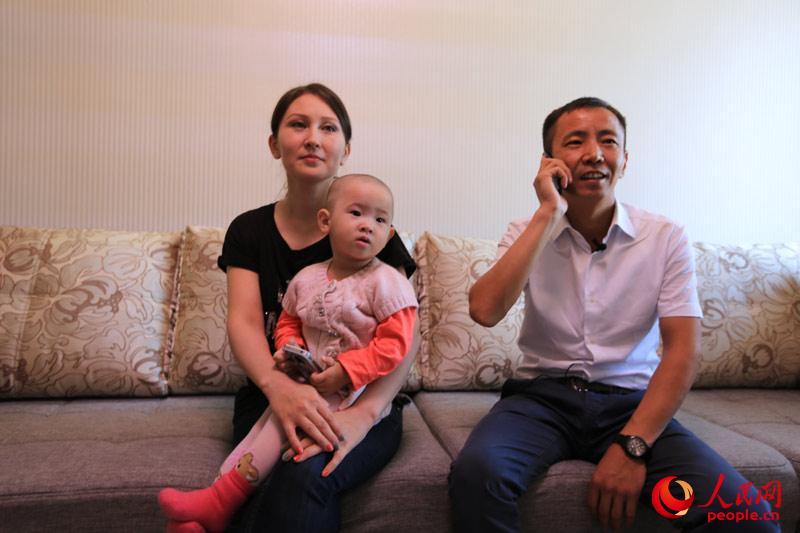 """报道团探访时正逢中华民族传统佳节中秋。""""原来在国内到中秋就会放假,还会有一点过节的气氛,到了这里就不怎么过了。""""阿斯卡尔告诉记者。但与其他在外工作与父母分隔两地的人一样,阿斯卡尔一家经常给在中国的父母打电话,送去来自远方的挂念。(人民网记者赵亚辉 摄)"""
