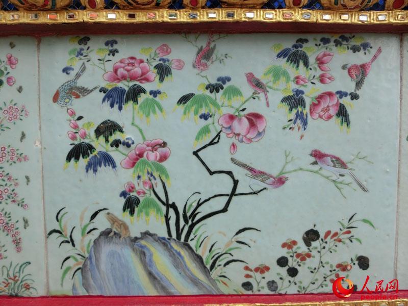 大皇宫里面贴有来自中国的瓷砖,上绘花鸟画 (人民网 杜明明高清图片
