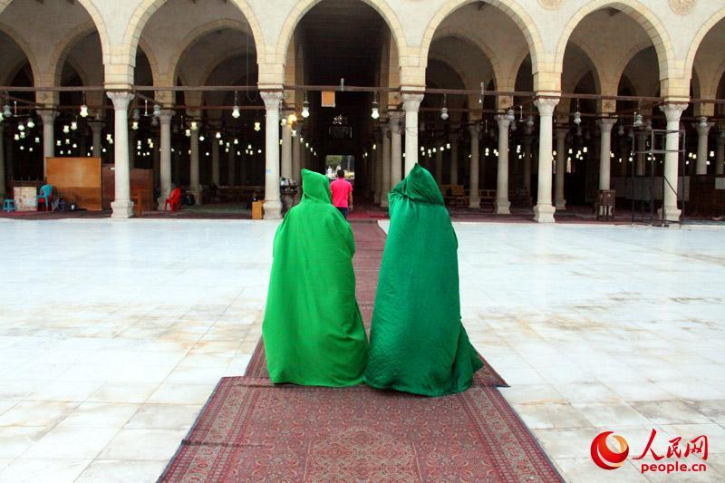 进入清真寺女性需要穿长袍或者穿长衣长裤戴头巾。