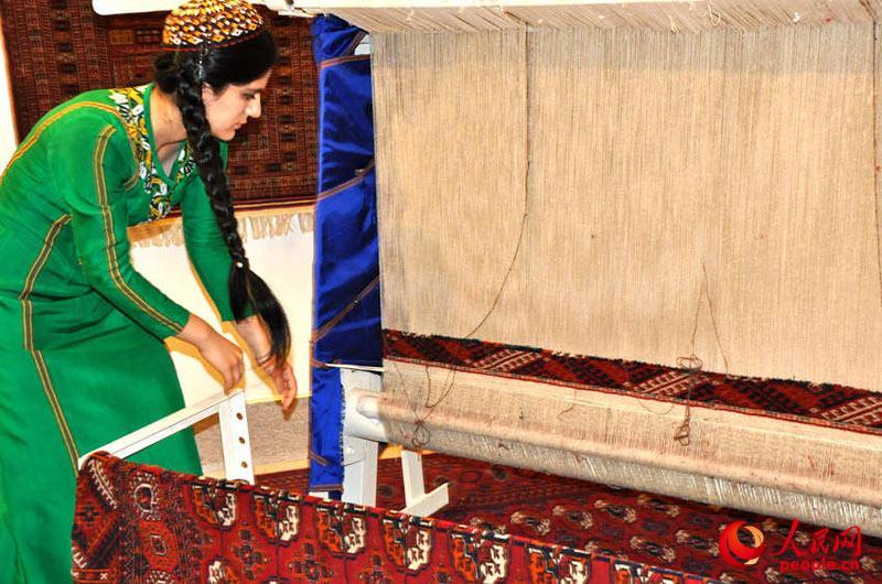 土库曼美女教你编织地毯