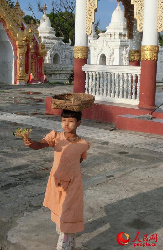 缅甸碑林佛塔区域内卖花的小女孩