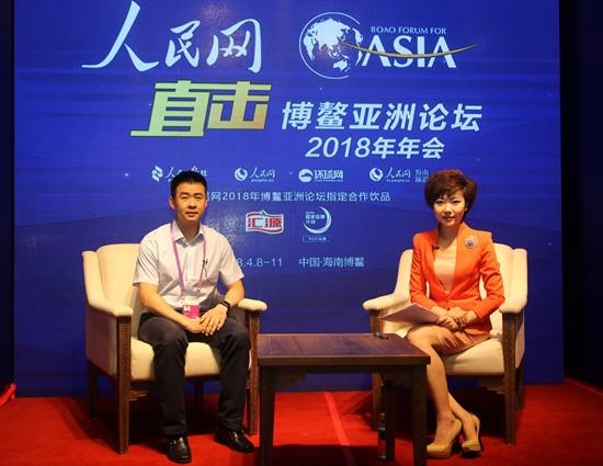 航天员陈冬(左)做客人民网博鳌亚洲直播间接受专访(人民网毛雷摄)