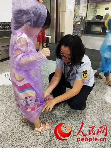 北京地铁积极应对强降雨免费发放雨衣逾5万件七龙珠大冒险金手指