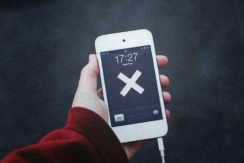 手机依赖度调查:近半数人认为不带手机比雨天不带伞糟