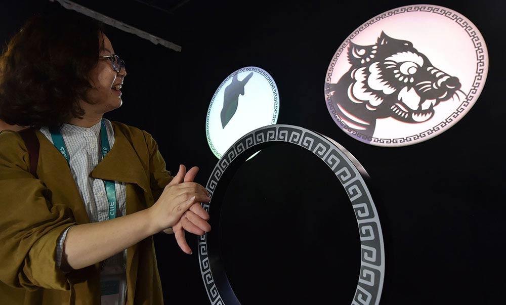 参观者通过AI图像识别技术唤醒十二生肖