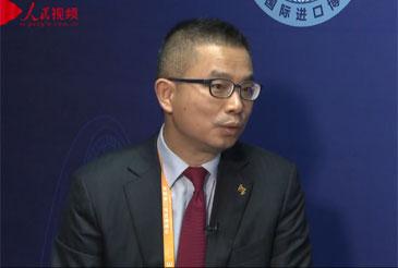 阿斯利康中国副总裁黄杉       首届中国国际进口博览会于2018年11月5日至10日在上海国家会展中心举办,吸引了来自世界各地的3000多家企业参展。    展会现场,人民网专访阿斯利康中国副总裁黄杉。