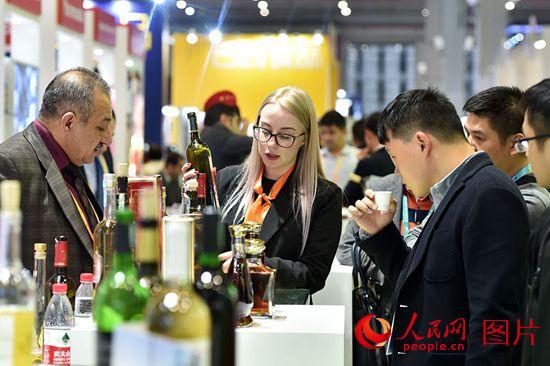 11月8日,在进博会食品及农产品展区,观众品尝红酒。(人民网记者 翁奇羽 摄)