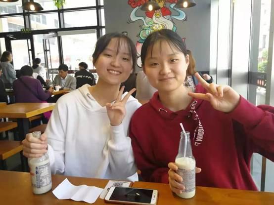 雙胞胎和姐妹一起在四川大學度過