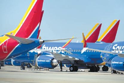 在位于美国加利福尼亚州维克托维尔的南加利福尼亚物流机场,工作人员检查美国西南航空公司的波音737 MAX 8型号飞机。(资料片)新华社发