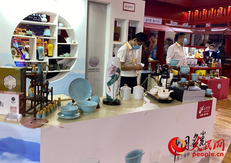 消博会江西馆内,景德镇瓷器引人驻足。 人民网记者 杜燕飞摄