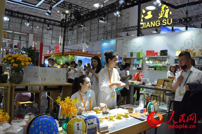 消博会江苏馆,参观观众正在品尝茶品。人民网记者 杜燕飞摄