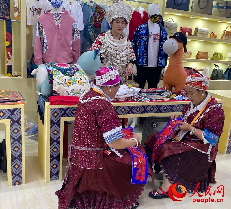 消博会贵州馆内,手工艺人正在制作贵州苗绣。人民网记者 杜燕飞摄