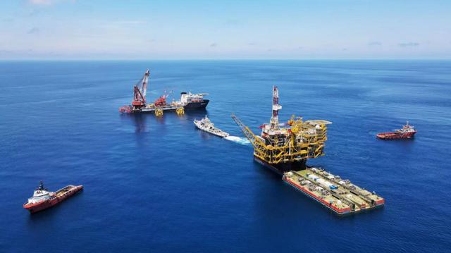 我國自主設計建造的最大海上原油生產平臺安裝完成