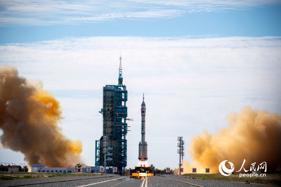 神舟十二号载人飞行任务发射现场,长征二号F遥十二运载火箭点火发射。人民网记者 翁奇羽摄
