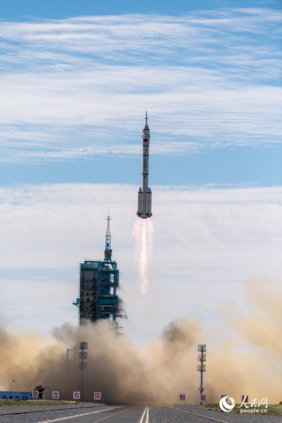 长征二号F遥十二运载火箭点火发射。人民网记者 翁奇羽摄