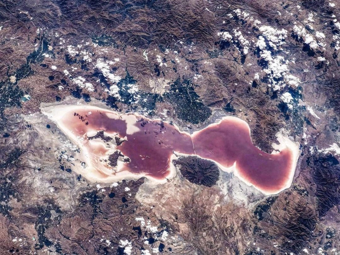 世界第二大的咸水湖——乌鲁米耶湖,在7月的高温下,水分加速蒸发,水中的盐生杜氏藻产生胡萝卜素使整个乌鲁米耶湖呈现出迷人的锈红色,被白色盐滩包围的湖泊尽管美得令人心醉,但这红色却是她在干涸威胁下的呼救。航天员刘伯明摄