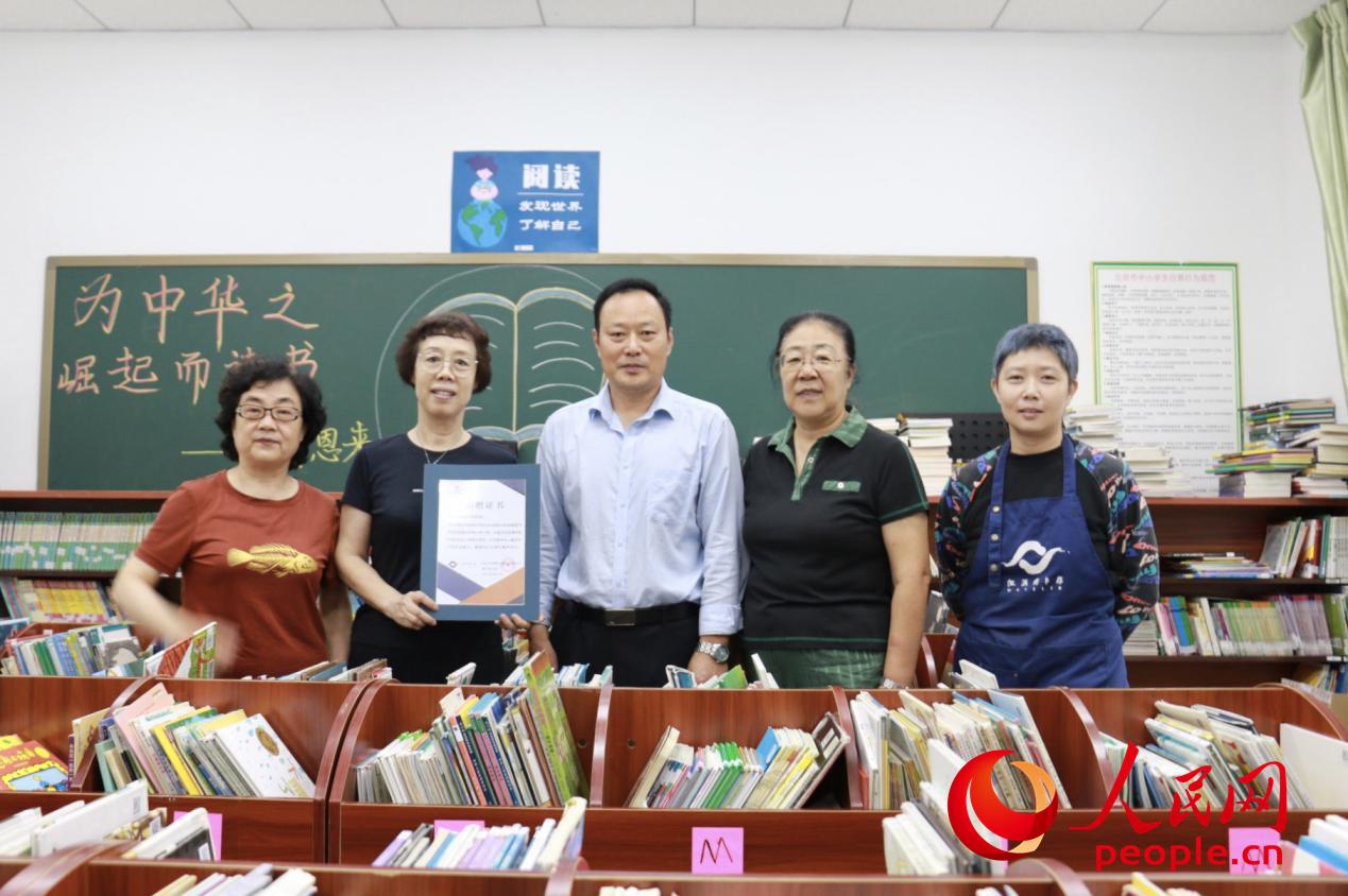 首都女新闻工作者协会向北京昌平硕博学校捐赠图书