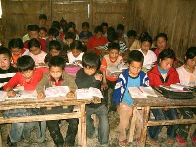 贫困儿童读书图片