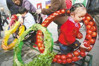 北京宣传绿色奥运 蔬菜拼出五环标志