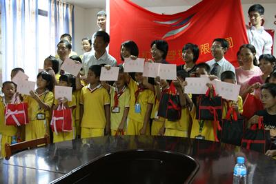 随团参与慰问活动的珠海市妇联主席高惠玲对珠海机场长期热心参与社会