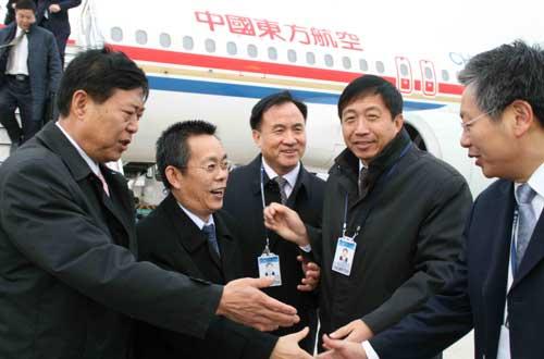 青岛流亭机场领导迎接东航股份公司马须伦总经理(中)