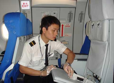 航空安全员起飞前对飞机进行清舱检查