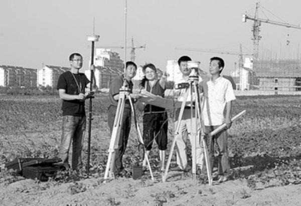 河北省唐山市滦县的测绘人员正在测量土地面积. 滦县国土局供图-测
