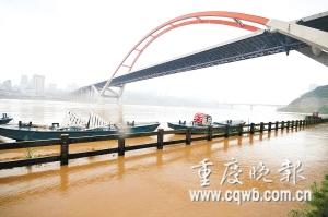 昨日,朝天门大桥下的南滨路人行道被洪水淹没. 新华社-重庆28个乡图片