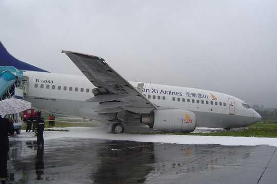 6月22日11时46分,航班号为HU7389、执行昆明丽江航班计划的海南航空股份有限公司B-5060号波音737-76N型客机在云南丽江三义机场(简称丽江机场)降落滑跑过程中冲出跑道,飞机左主轮偏离跑道9.2米进入土面区,所幸机上125名旅客及8名机组人员安然无恙。   飞机冲出跑道后,丽江市委、市政府高度重视现场处置应急工作,丽江市副市长陈志国率相关部门组成应急处置工作组赶赴现场,指导机场做好滞留旅客及机场安全等应急工作,立即部署紧急疏散游客和维护机场安全等工作。目前机上125名旅客及8名机组