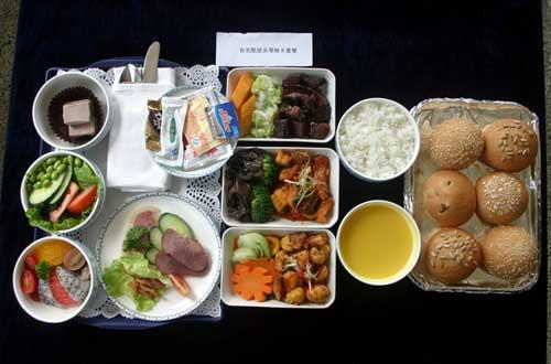 餐食标准均按国际航班餐食标准配备,在用餐时间均提供正餐,非用餐时间